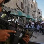 Izraelský voják během školního protestu proti checkpointu v Hebronu