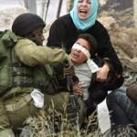 Palestinský mladík během zatčení (ilustrační foto)