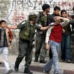 Izraelští vojáci zatýkají palestinské děti (ilustrační foto)